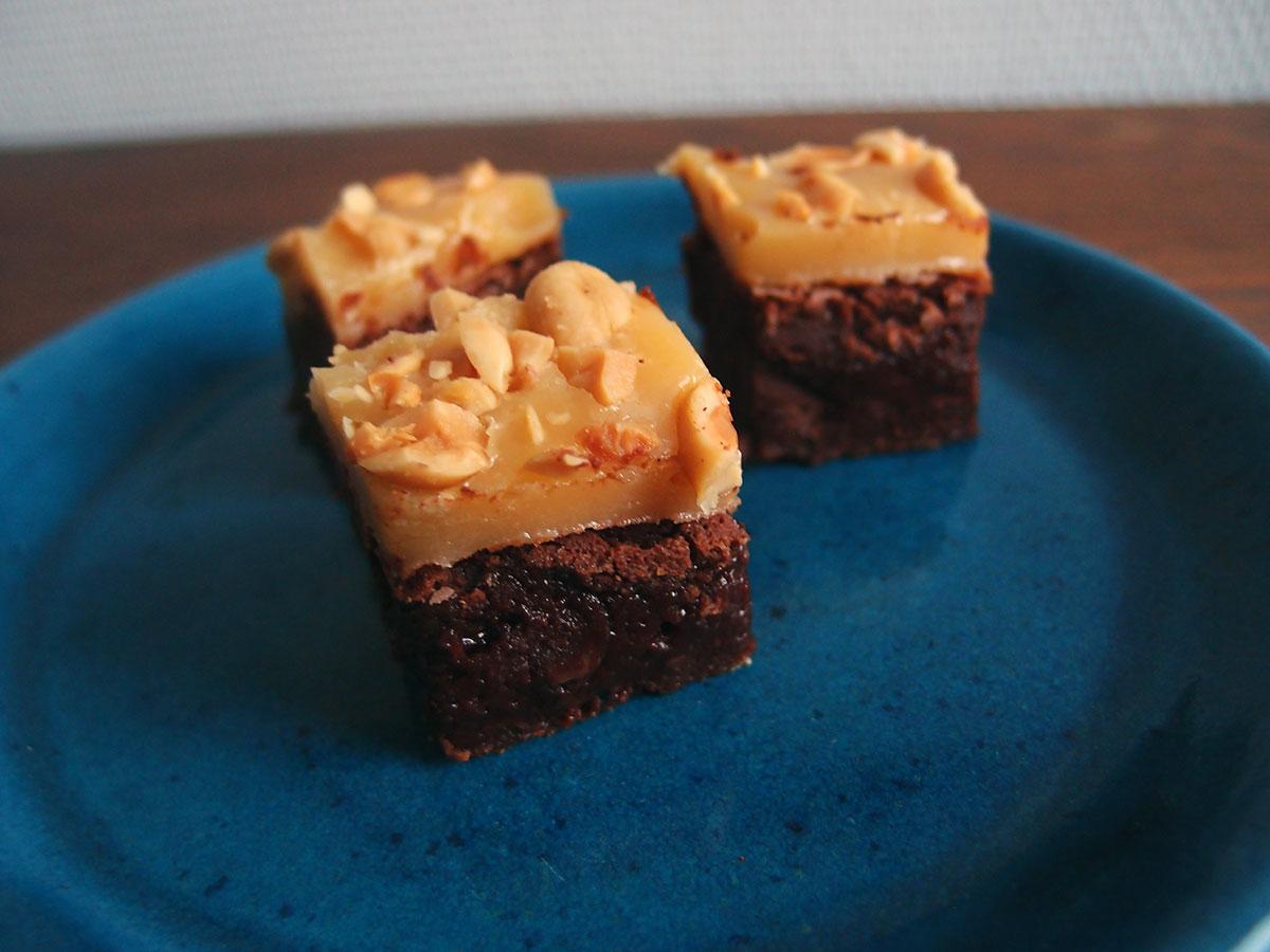 Chokoladebrownie med karamel og peanuts