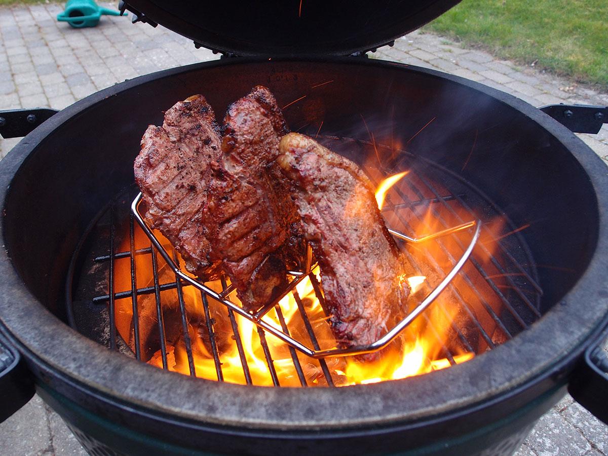 flammestegte steaks, t--bone steaks, oksekød, grill, grillning, peber, ølsirup, øl, rørsukker