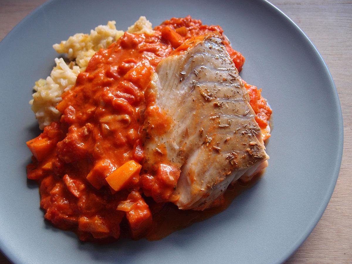 torsk i fad, torsk, fisk, tomater, æble, løg, hvidløg, paprika, fløde