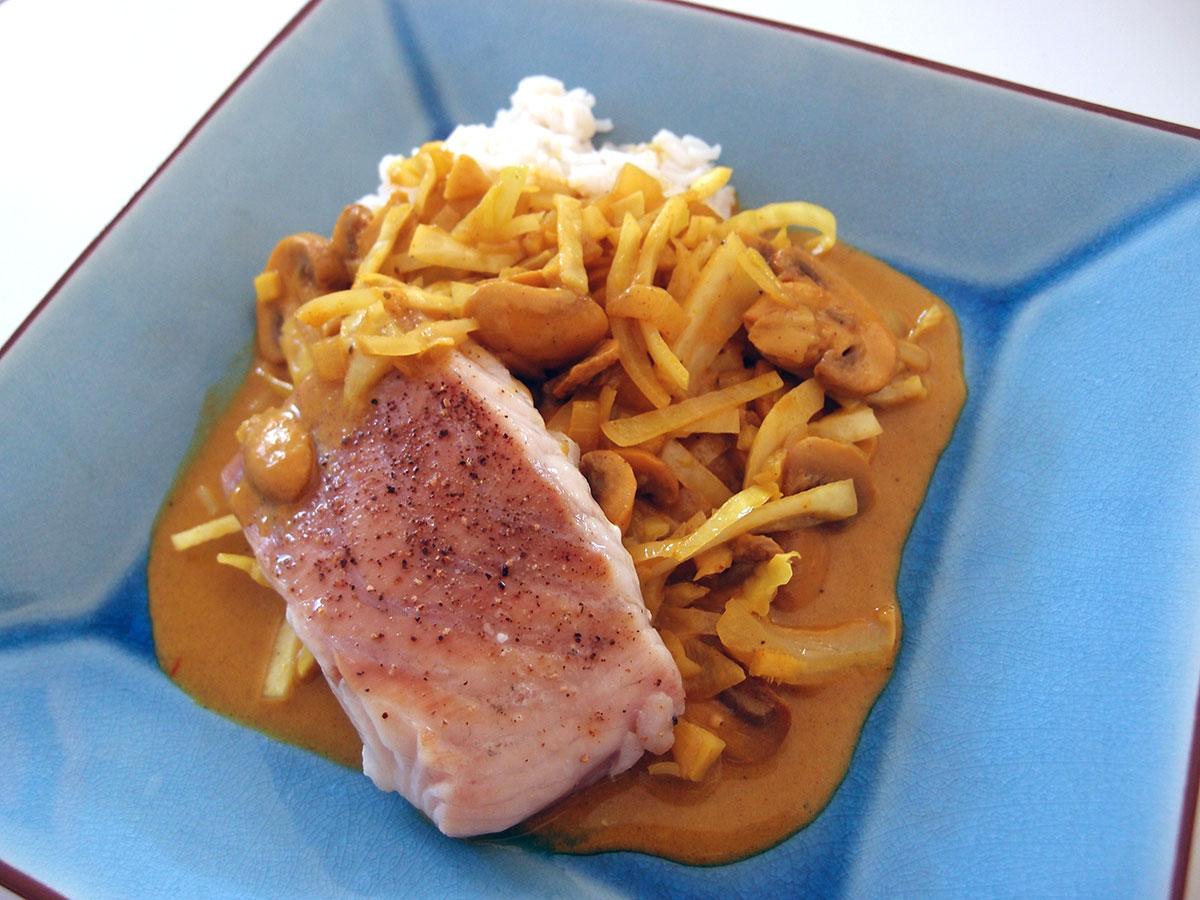 torsk i karrysauce, fisk, karry, hvidkål, spidskål, løg, ingefær, kokosmælk, svampe, fiskesauce