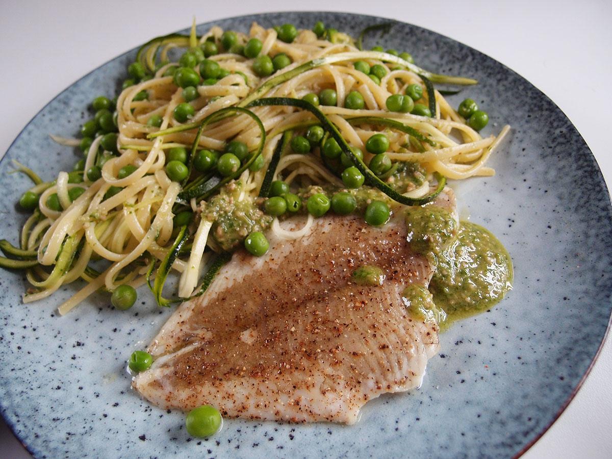 forårsfisk, fisk, rødspætte, pasta, ærter, pesto, basilikum, squash, olivenolie, parmesan