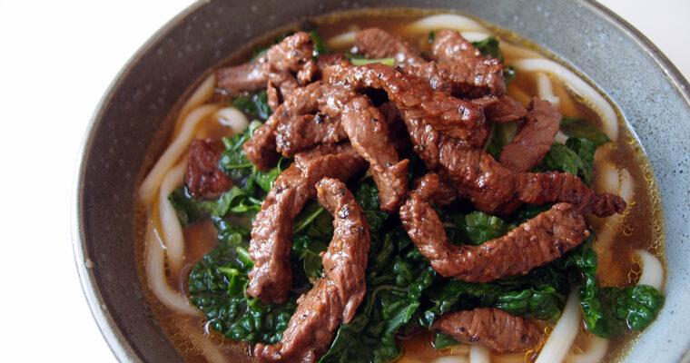Japansk suppe med nudler og oksekød