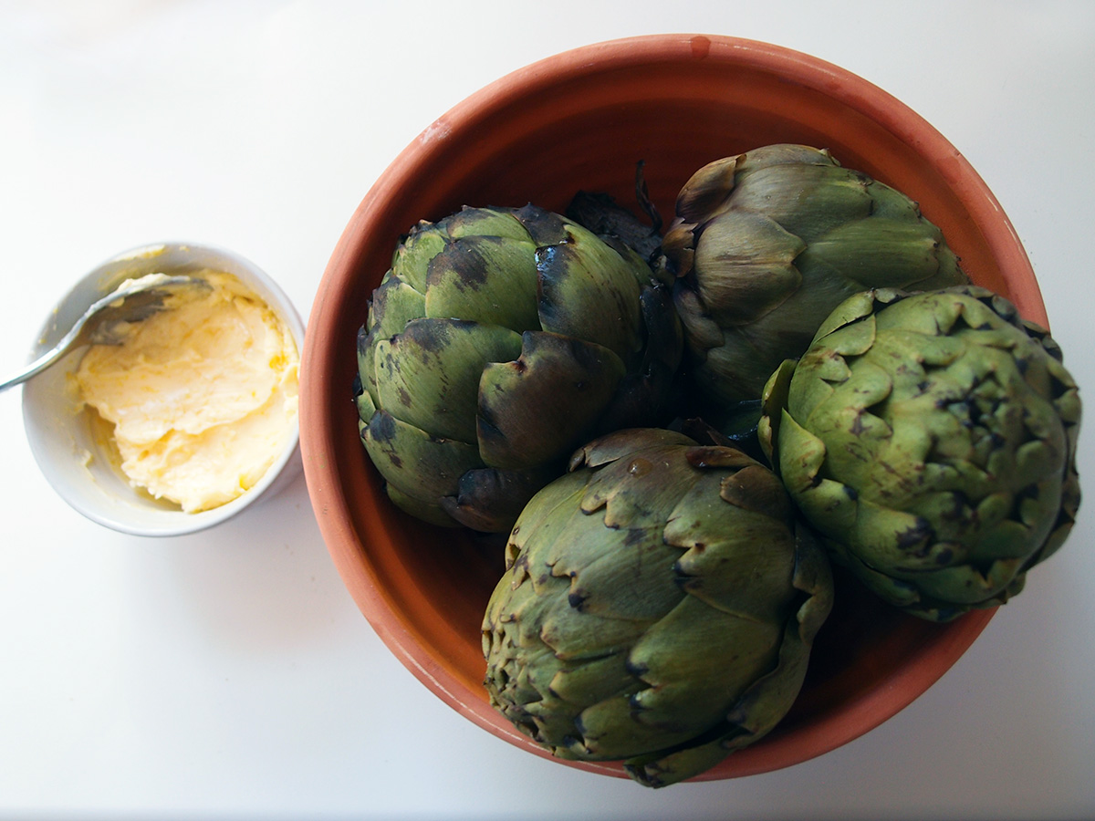Kogte artiskokker med citronsmør