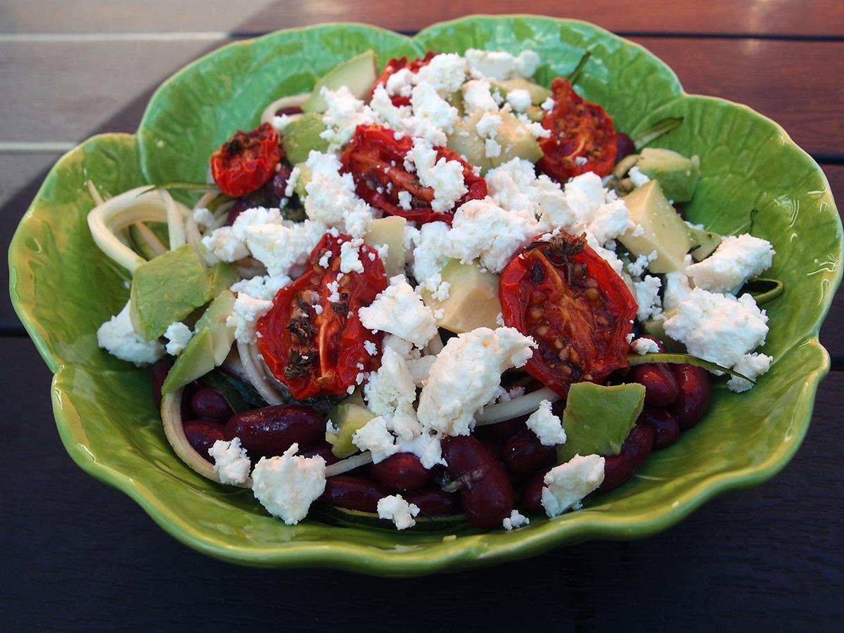 oregano-pesto, pesto, olivenolie, cashewnødder, hvidløg, oregano, citroner, ost, parmesan, squash, tomater, feta, avokado