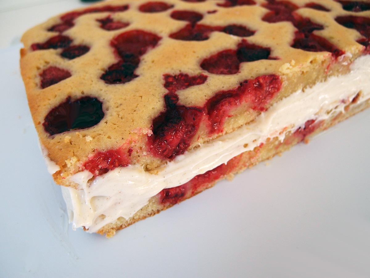 hindbærkage, fødselsdagskage, kage, dessert, lagkage, hindbær, smør, hvid chokolade, chokolade, æg, rørsukker, hvedemel, vanilje, citroner, flødeost, flormelis