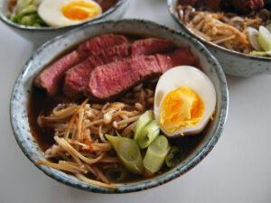 ramen med oksekød, ramensuppe, suppe, asiatisk, japansk, oksekød, æg, nudler, bouillon, mirin, risvinseddike, soya, svampe, forårsløg