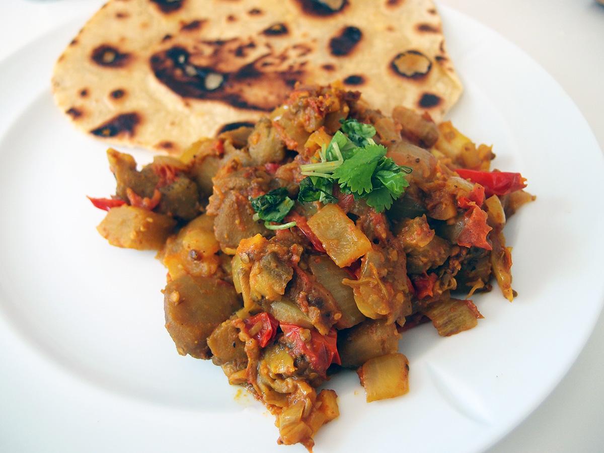 aubergineret, indisk, vegetar, smør, løg, spidskommen, gurkemeje, koriander, hvidløg, ingefær, tomater