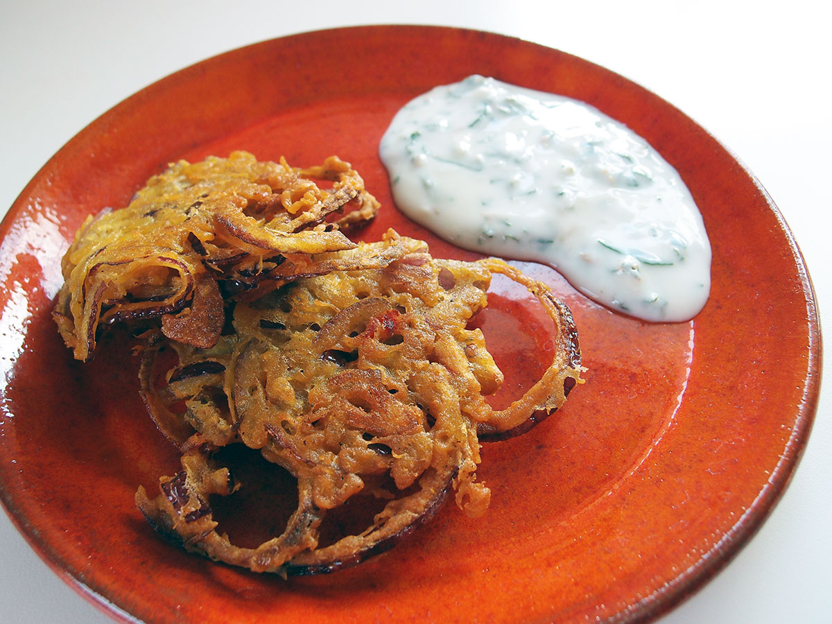 onion bhajis, forret, appetizer, snack, hapser, friteret løg, friturestegt løg, rødløg, kikærtemel, bagepulver, karry, chili, rapsolie, yoghurt naturel, hvidløg, mynte