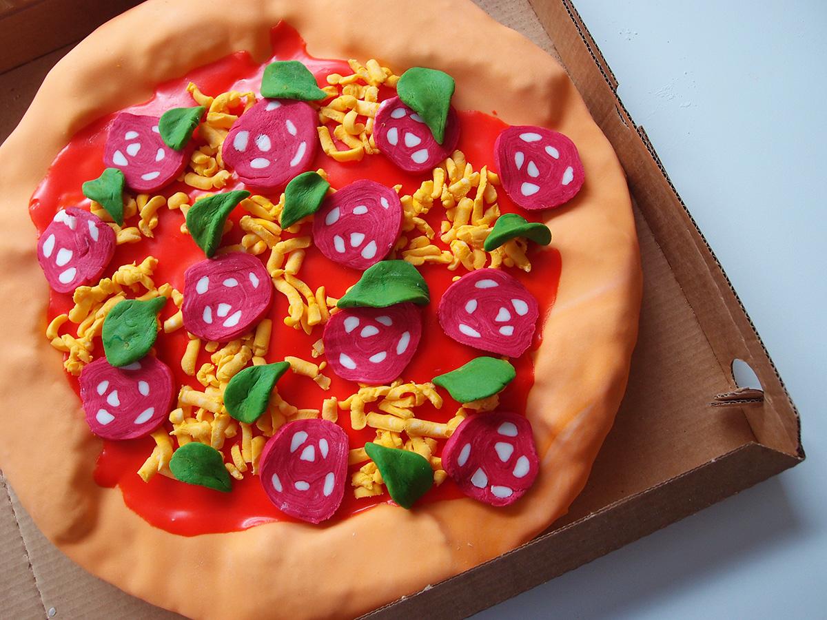pizza-kage, pizzakage, fødselsdagskage, fondant, jordbærkage, kage, dessert, jordbær, hvid chokolade, chokolade, æg, rørsukker, smør, vanilje, hvedemel, smørcreme, konditorfarve