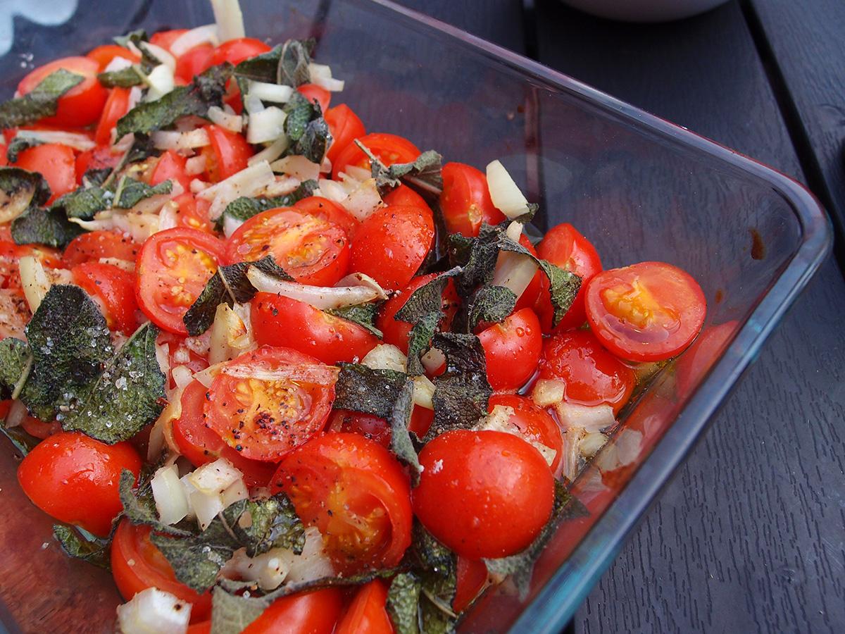 varm tomatsalat, salat, tomater, salvie, løg