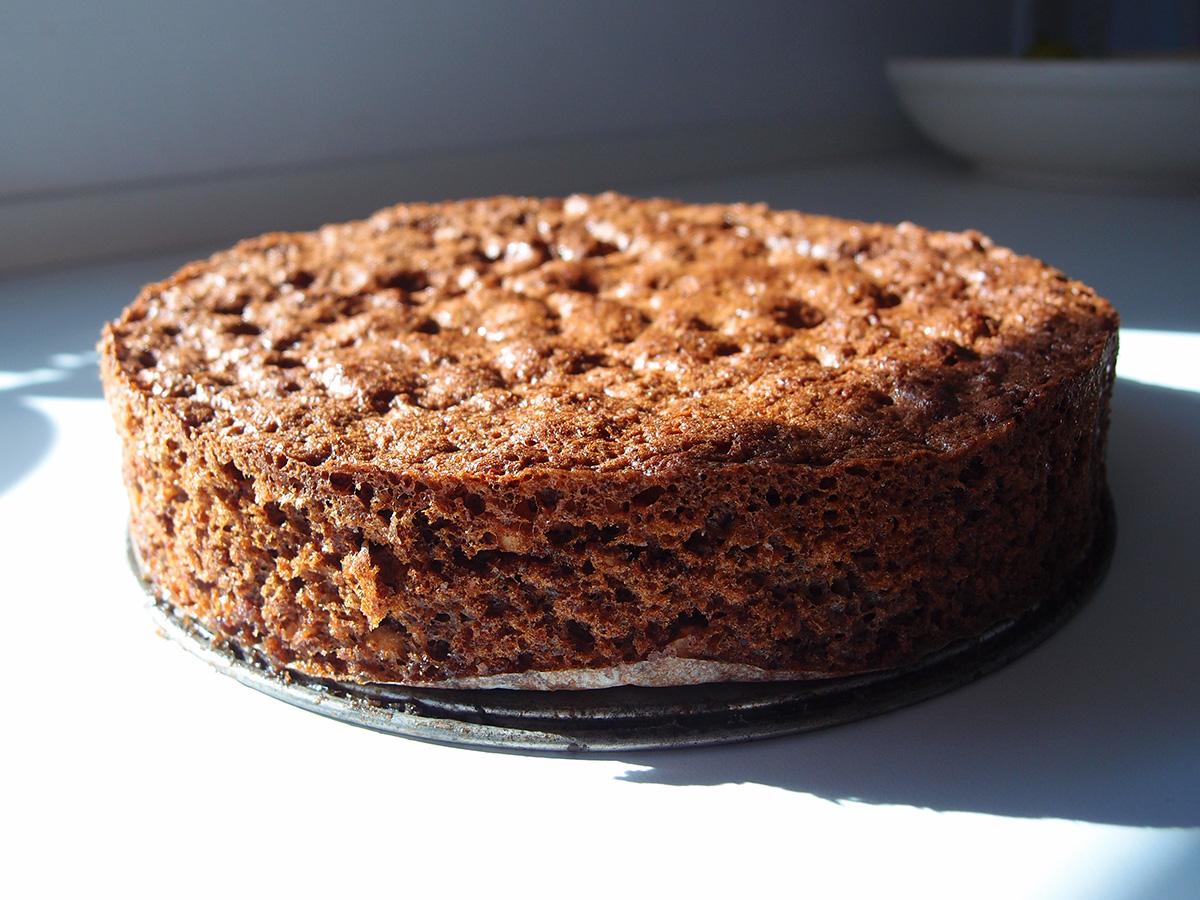 rugbrødslagkage, lagkage, kage, dessert, rugbrød, mørk farin, kakaopulver, hvedemel, bagepulver, hasselnødder, fløde, vanilje, solbærsyltetøj, solbær, brombær, mørk chokolade