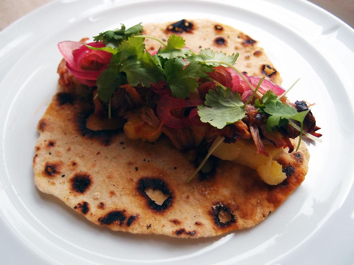 tacos med svinekød, pulled pork, grill, grillet svinekød, svinekød, nakkefilet, paprika, løgpulver, rørsukker, chili, koriander, hvedemel, masa harina, ananas