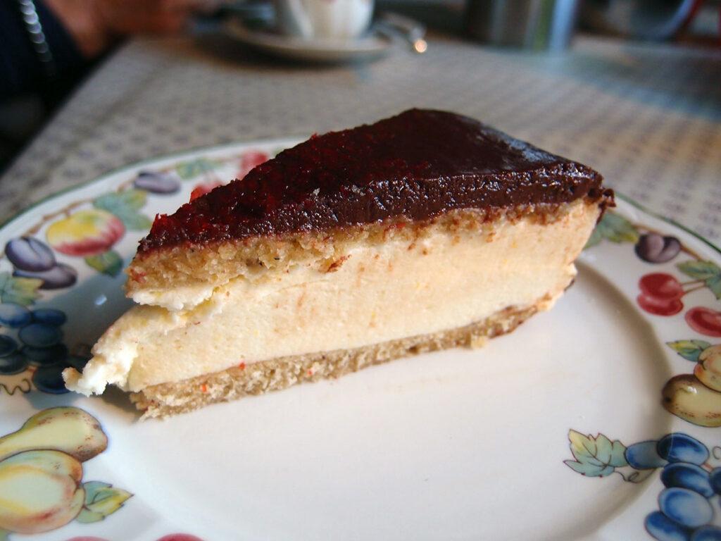 russisk Bird's Milk Cake, kage, dessert, lagkage, russisk, vanilje, flormelis, hvedemel, rørsukker, æg, smør, kondenseret mælk, husblas, citronsyre, citron, chokoladecreme, mørk chokolade, fløde, chokolade