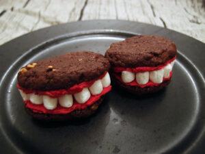 gebiskager, småkager, Halloween, Halloween-småkager, Halloween-kage, Halloweenkager, skumfiduser, chokolade, mørk chokolade, smør, æg, hvedemel, rørsukker, bagepulver, vanilje, peanuts, rød pastafarve, flormelis