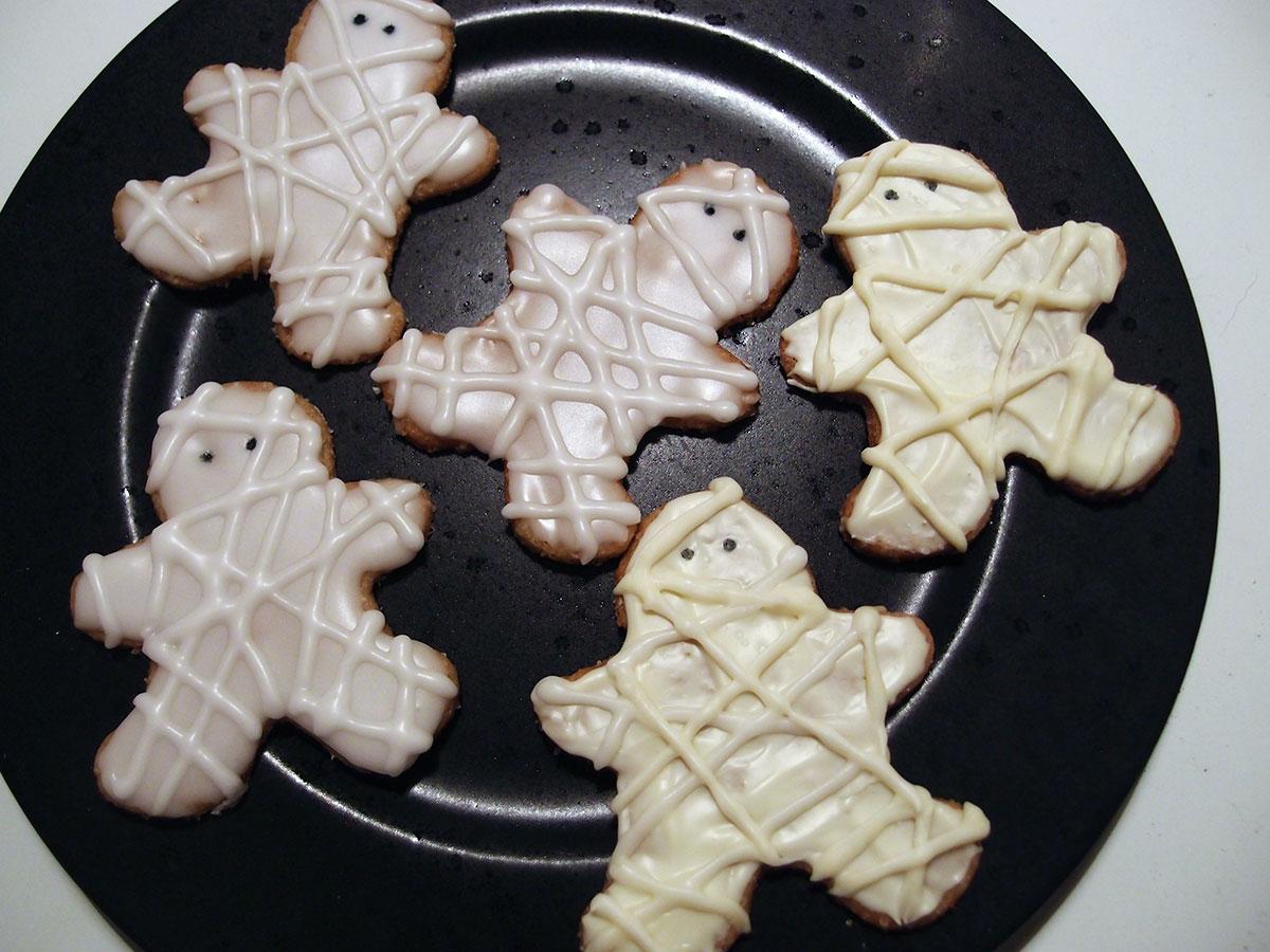 mumie-småkager, mumiesmåkager, mumiekager, kage, småkager, dessert, Halloween, hvedemel, kanel, æg, rørsukker, smør, flormelis, hvid chokolade, chokolade