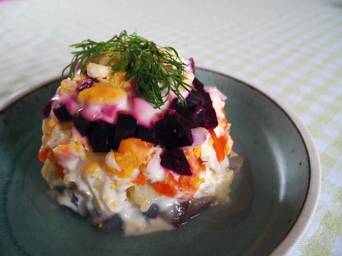 shuba, russisk sildesalat, sild, fisk, fiskeanretning, frokost, kartofler, mayonnaise, creme fraiche, rødløg, æg, rødbeder, dild, gulerødder