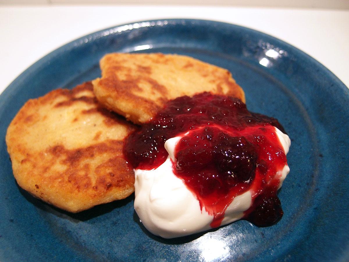 syrniki, pandekager, dessertpandekager, dessert, kvark, creme fraiche, hvedemel, æg