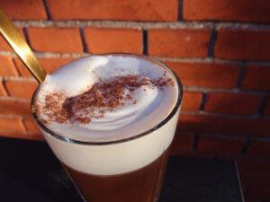 irish coffee, kaffedrik, varm drik, kaffe, kaffepulver, whisky, fløde, mørk farin, muskatnød