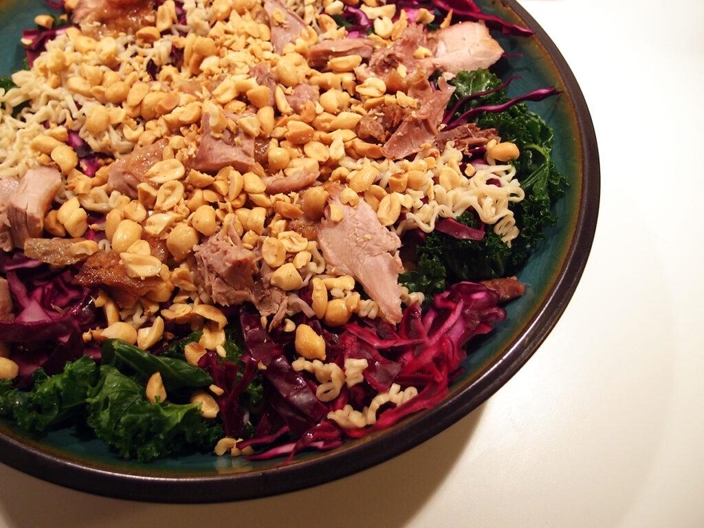 andesalat, salat, and, stegt and, grønkål, rødkål, risvinseddike, peanuts, nudler, appelsiner, æbler