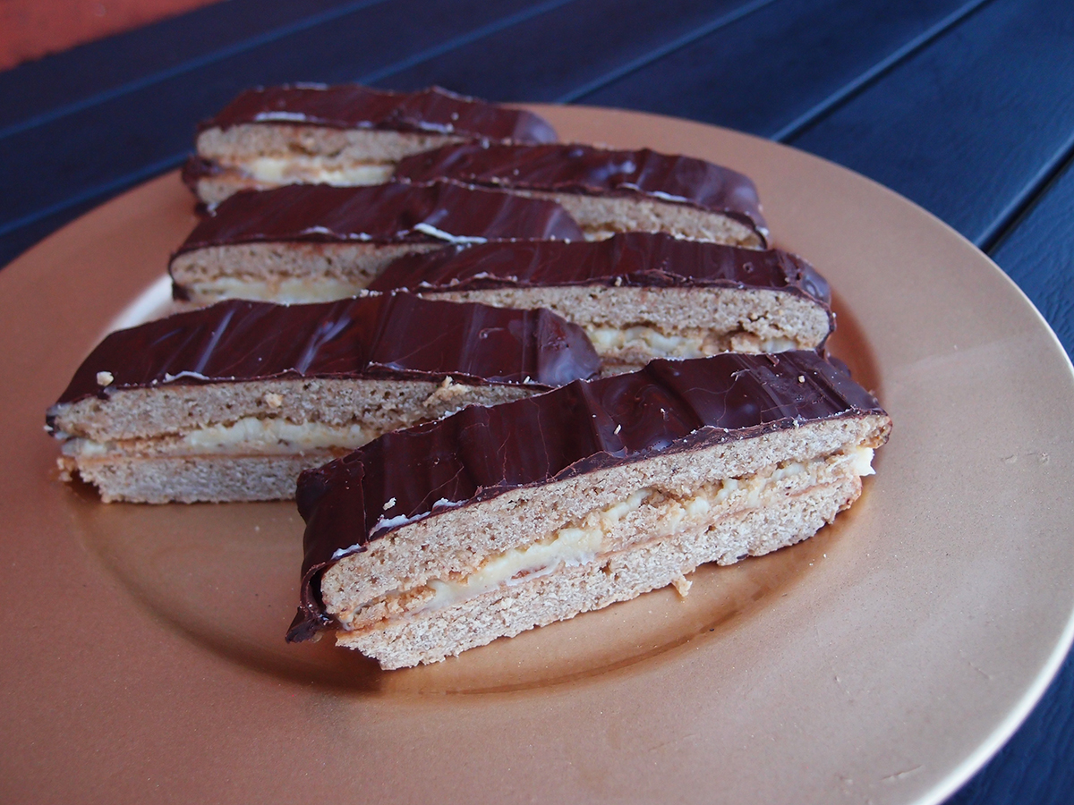 honningsnitter, honningkage, honningkager, smørcreme, chokolade, mørk chokolade, hvedemel, mørk farin, æg, bagepulver, kanel, nelliker, ingefær, flormelis, marmelade