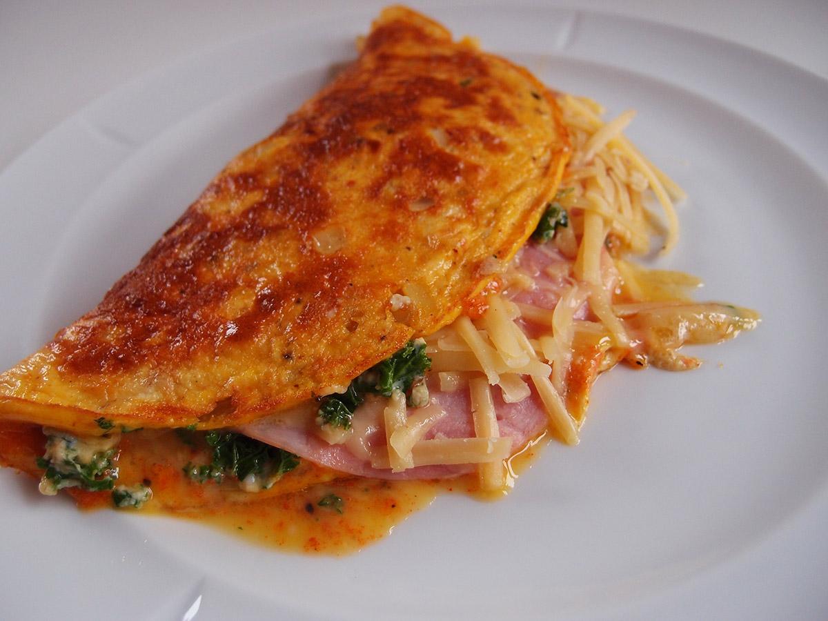 grønkålsomelet, omelet, æg, grønkål, løg, ost, cheddar, paprika, mælk