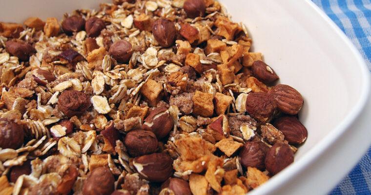 Hjemmelavet müsli med nødder, æbler og kanel
