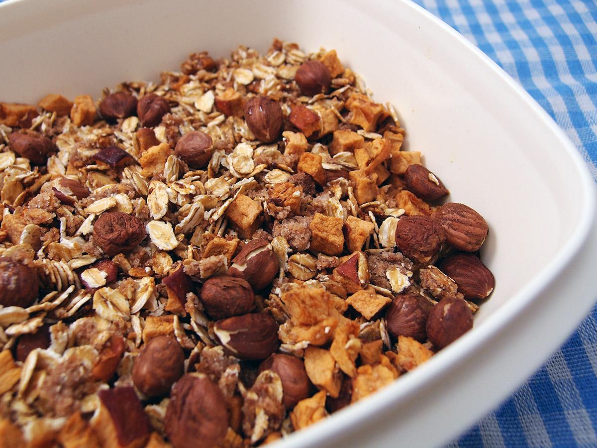 hjemmelavet müsli, havregryn, æble, kanel, ingefær, hasselnødder, nødder, rørsukker