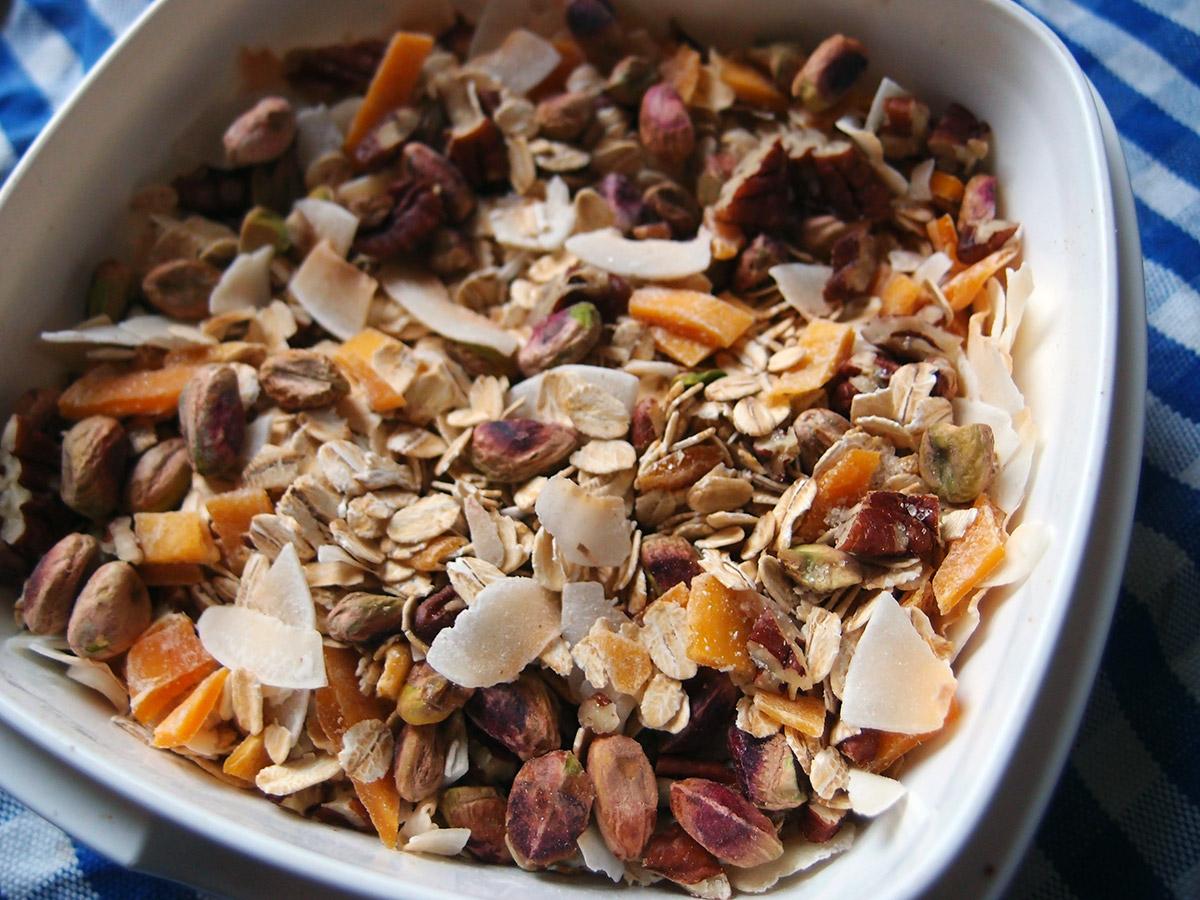 tropisk müsli, morgenmad, brunch, havregryn, kokosflager, pistacienødder, mango, pekannødder, rørsukker