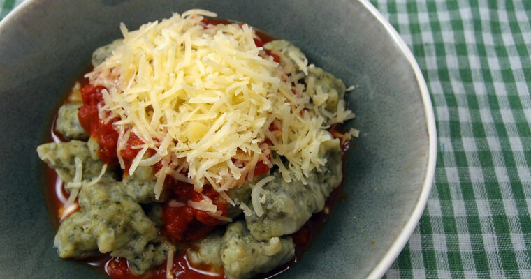 Grønkåls-gnocchi med tomatsauce
