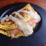 Omelet med laks og sennepssauce