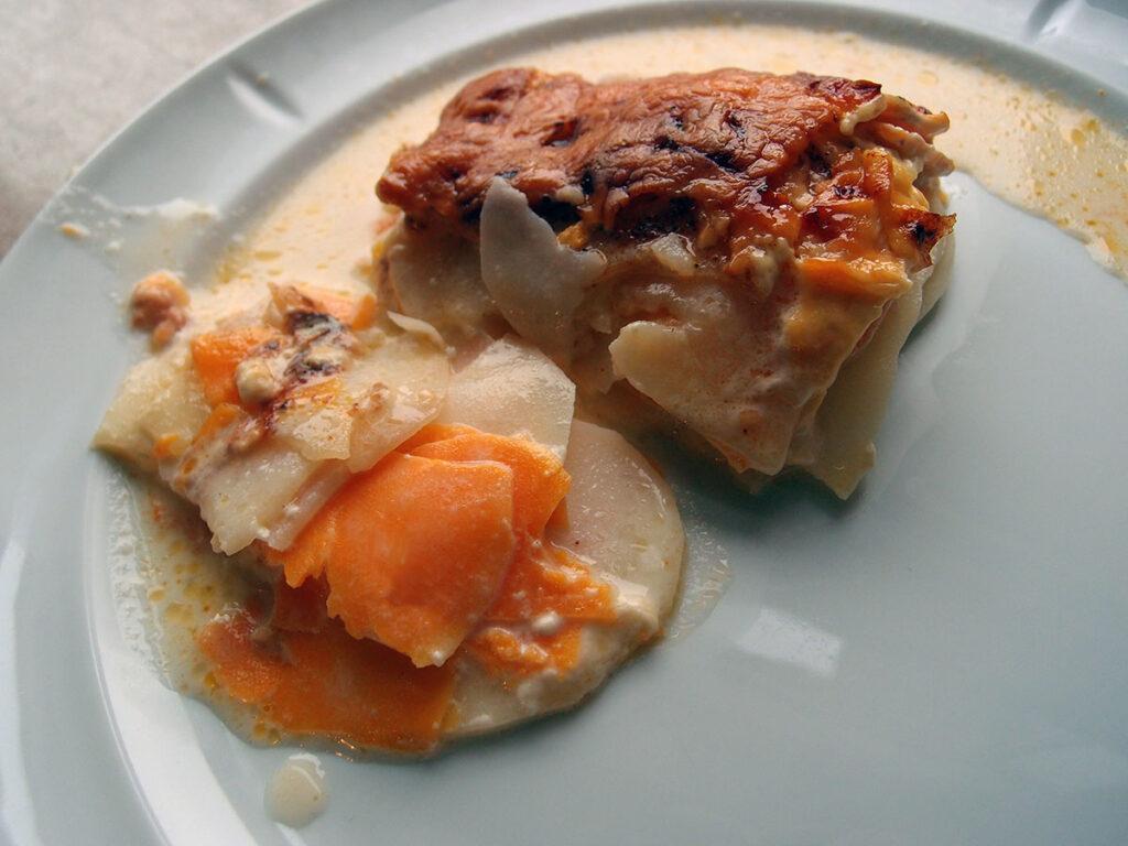 tofarvede flødekartofler, kartofler, søde kartofler, fløde, muskatnød, cayennepeber, mælk, ost