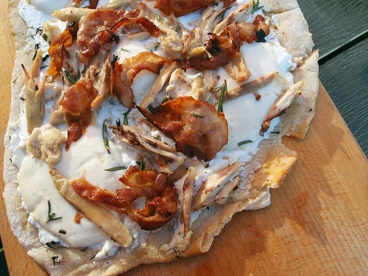 kyllingepizza, pizza, grill, kylling, bacon, svinekød, ricotta, hvedemel, æg, rosmarin