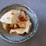Hasselnøddeis med karamelliserede nødder