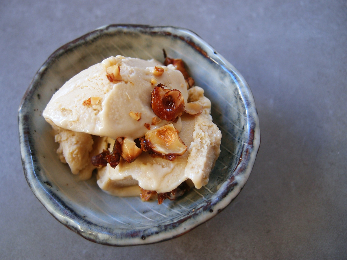 hasselnøddeis, is, dessert, hasselnødder, fløde, rørsukker, æg, mælk