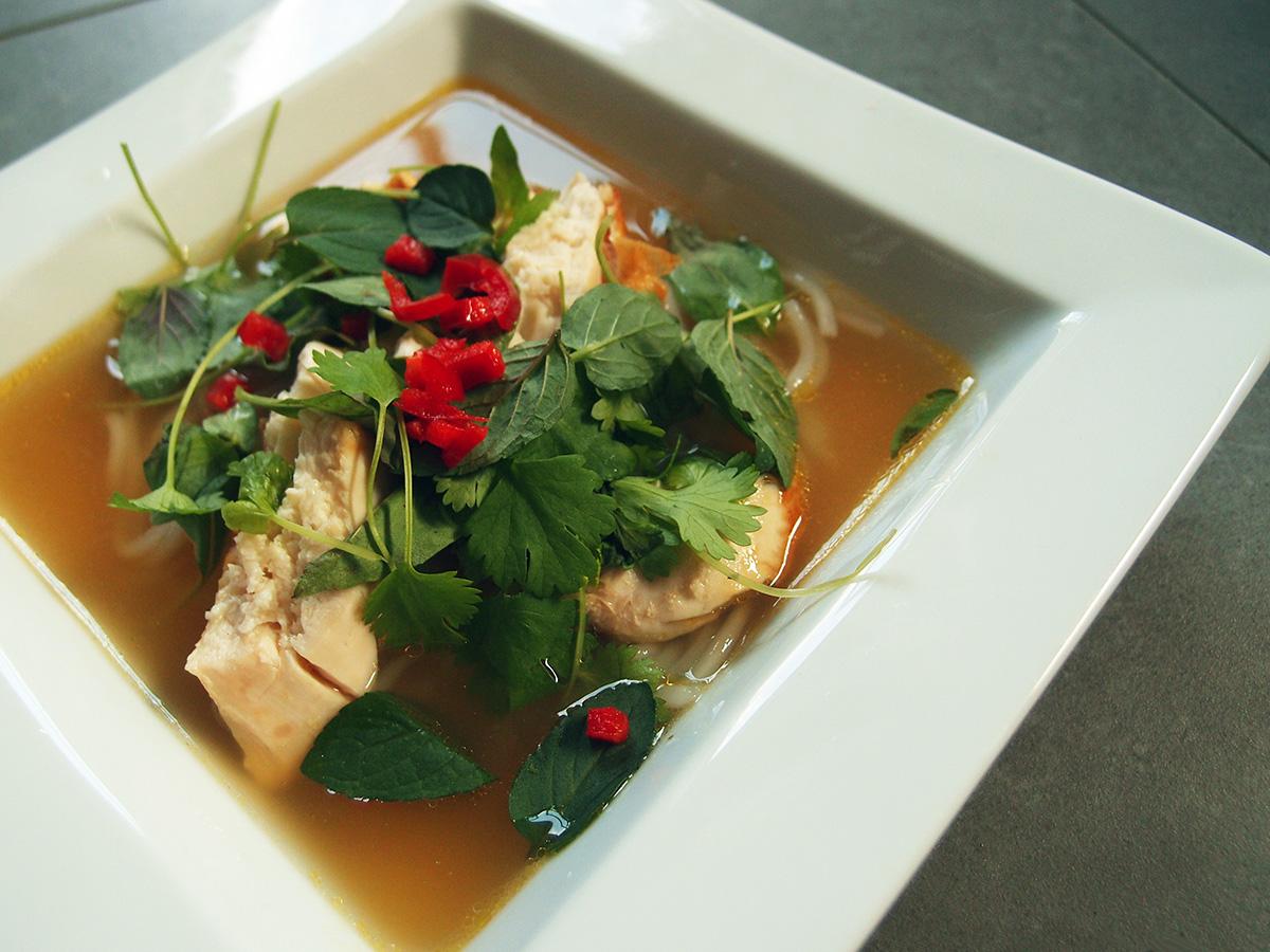 pho med kylling, suppe, kyllingesuppe, kyllingebouillon, koriander, mynte, chili, fiskesauce, ingefær, rørsukker, nudler, bønnespirer, basilikum, lime