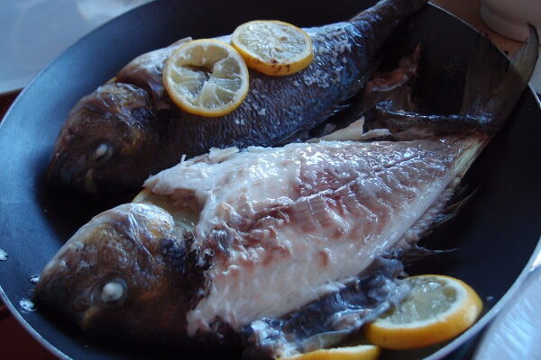Bagt dorade med citron og basilikum