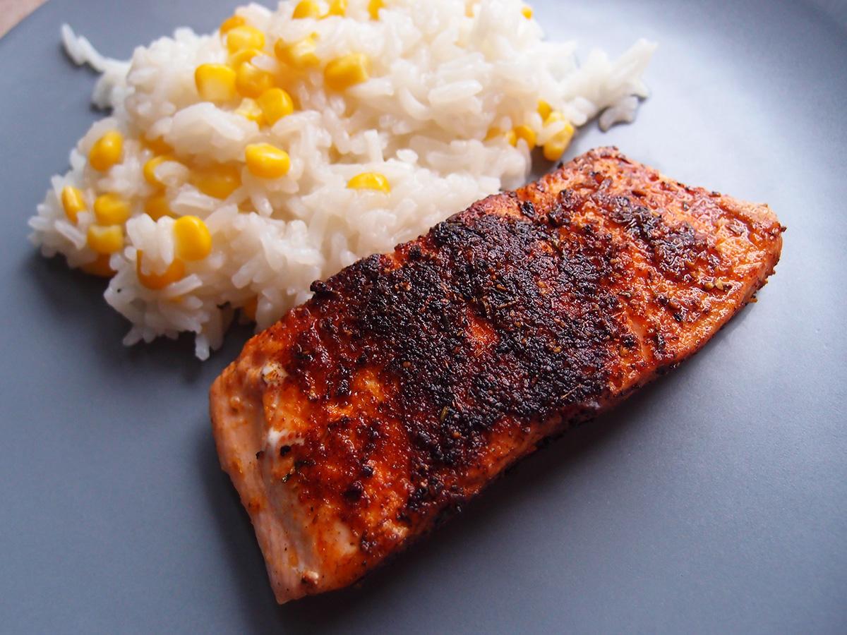 blackened fish, laks, smør, løgpulver, timian, spidskommen, sennepspulver, paprika, hvidløgssalt