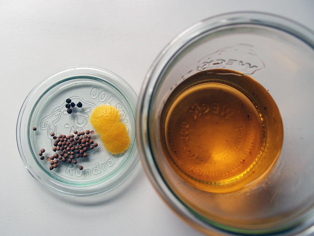 hjemmelavet gin, vodka, enebær, citron, koriander, agurk