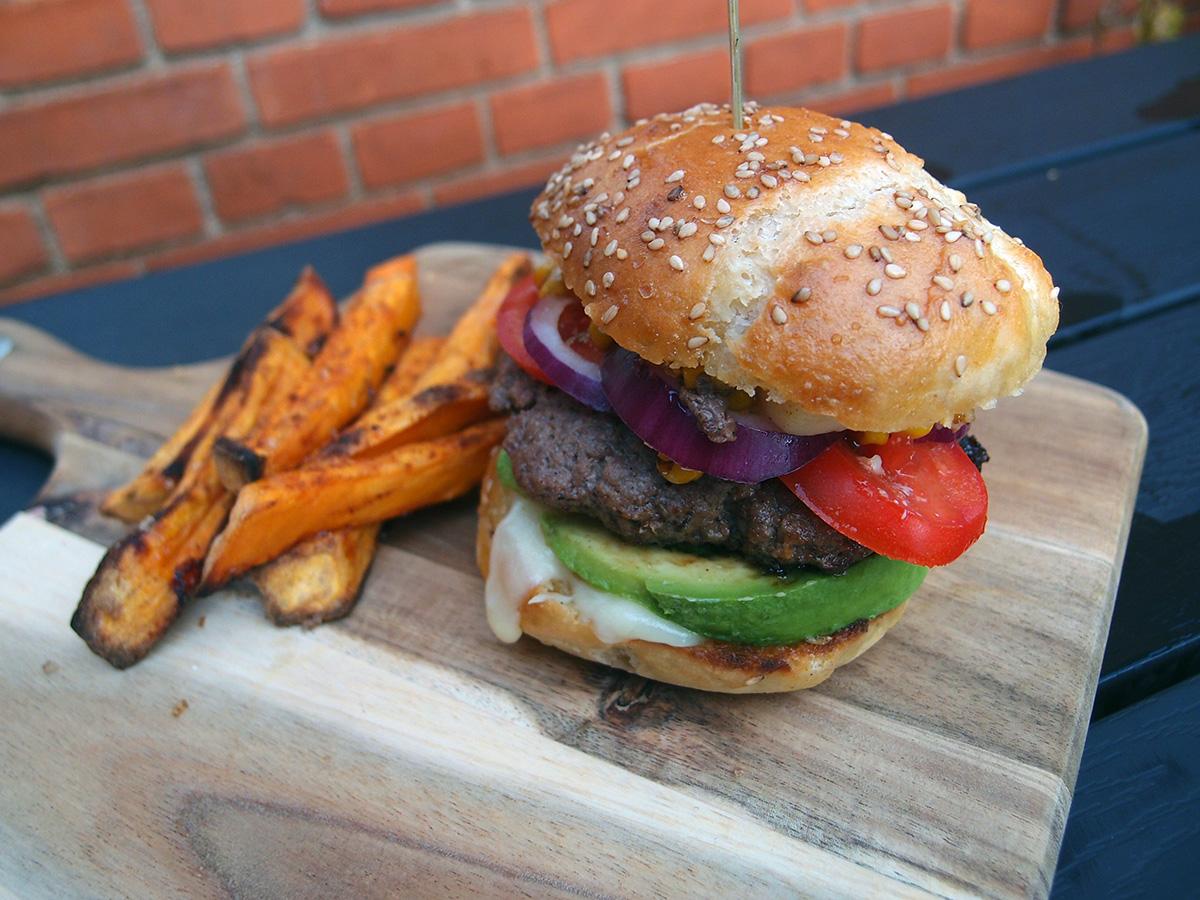 mexburger, oksekød, burger, burgerbolle, avokado, tomater, rødløg, ost