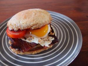 morgenmadsburger, burger, burgerbolle, bolle, tomater, bacon, svinekød, æg, ost