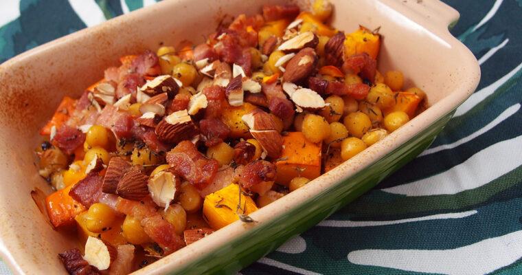 Bagt græskar med kikærter og bacon