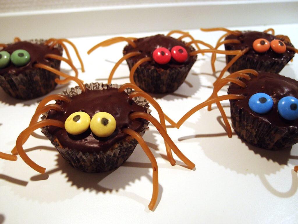 edderkoppekager, edderkoppe-kager, halloweenkage, halloween-kager, kage, dessert, chokolade, hvedemel, kanel, æg, bagepulver, smør, rørsukker, flormelis, kakaopulver