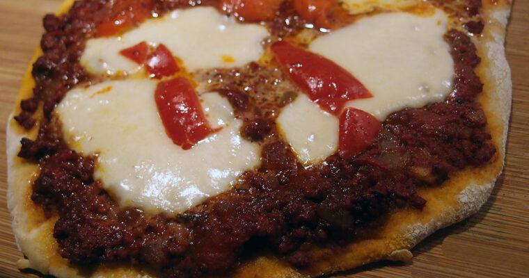 Pizza med oksekød og grillet peberfrugt