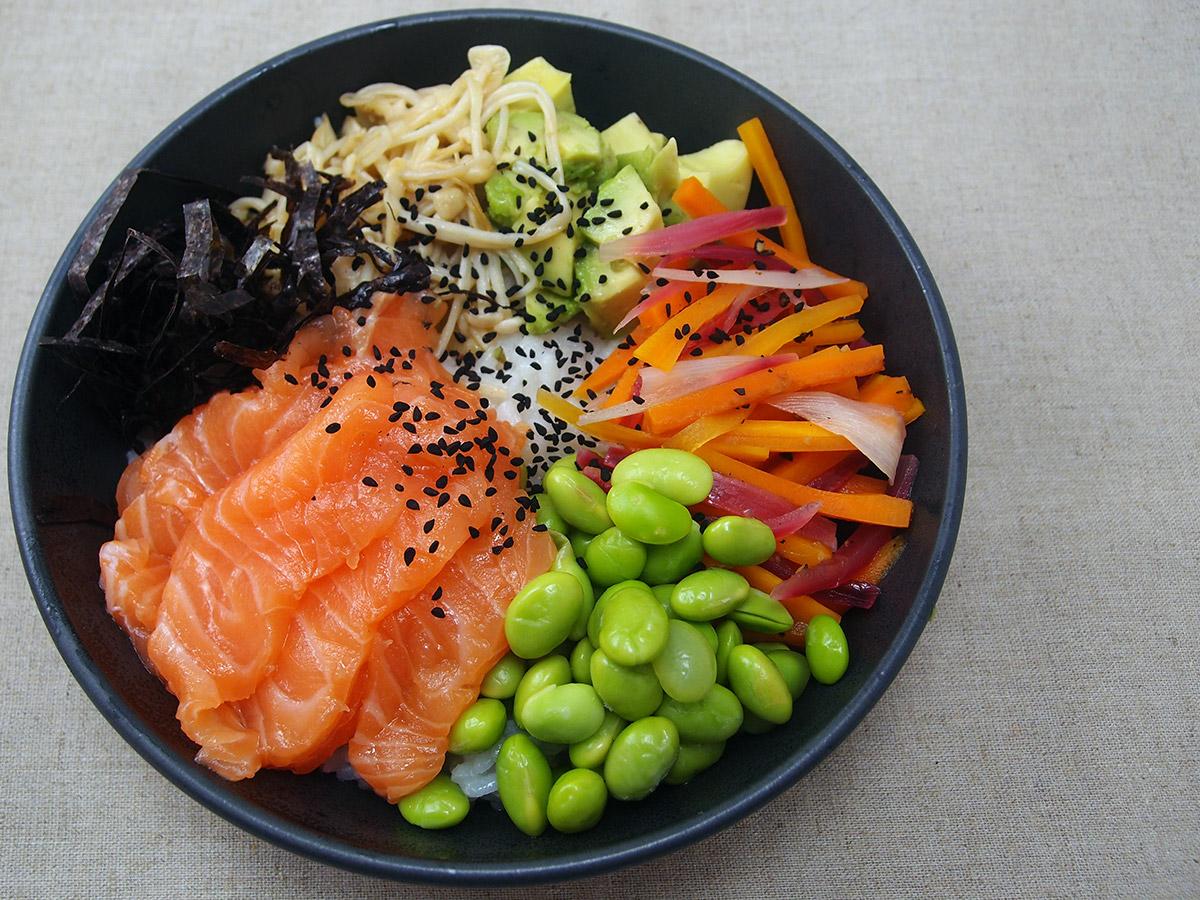 sushi bowl, fisk, laks, edemamebønner, svampe, gulerødder, røde løg, ris, sesamfrø, tang, avokado, risvinseddike, rørsukker