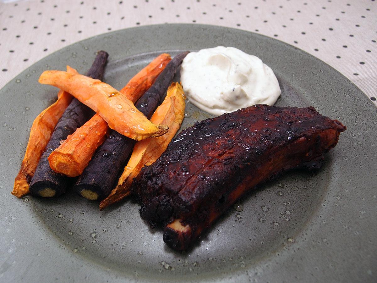 Svinekød og grøntsager på grill