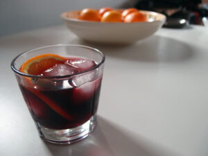 jule-sangria, vinterdrink, drink, cocktail, rørsuker, vanilje, kanel, rødvin, tranebærjuice, kardemommekapsler, allehånde, stjerneanis, nelliker, cointreau,