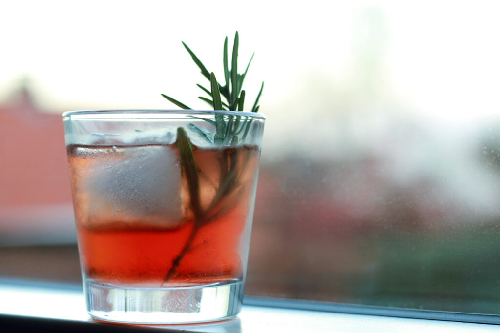 juledrink, snaps, kirsebærlikør, cointreau, rosmarin, vinter-cocktail, drink