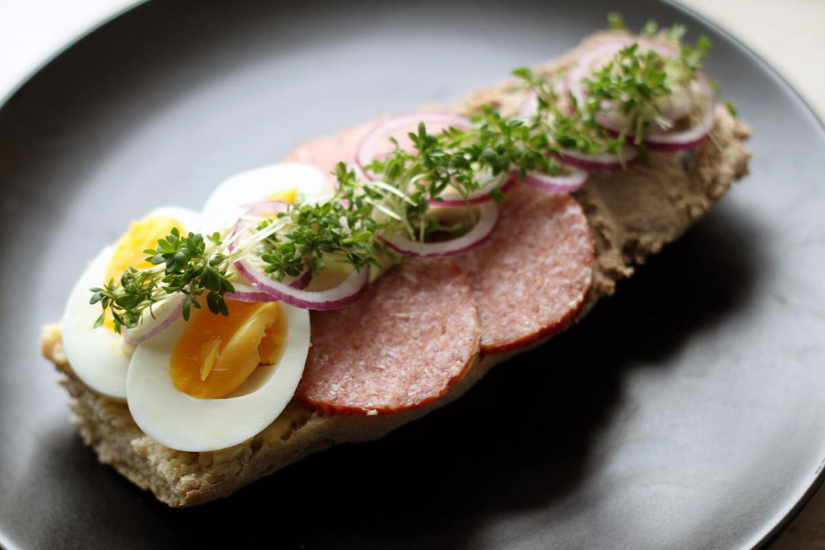 landgangsbrød, brød, frokost, æg, pølse, leverpostej, mayonnaise, sennep, karse, rødløg