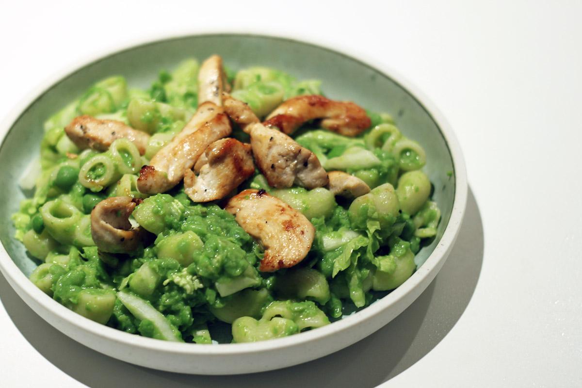 Lun pastasalat med kylling og ærter