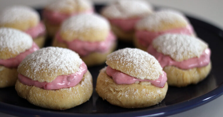 Semlor – svenske fastelavnsboller med marcipan og flødeskum